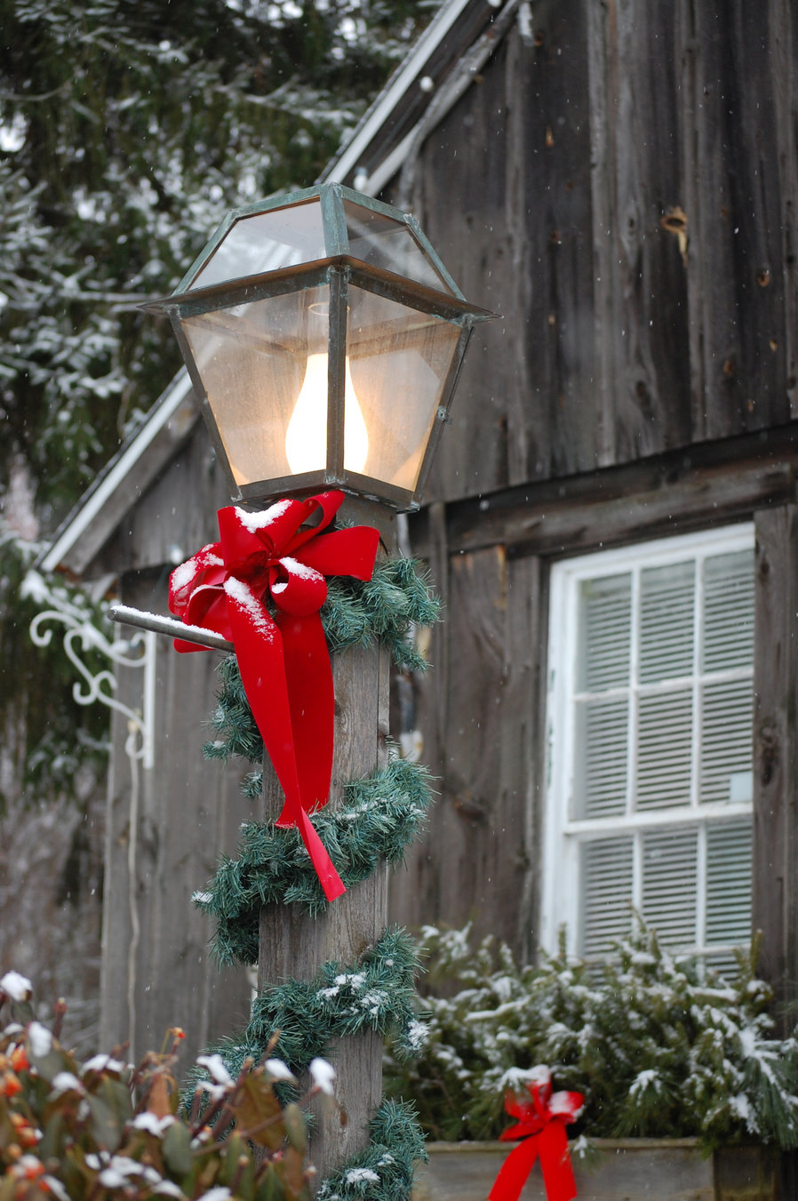 Tasteful Christmas Decorations For Your Landscape